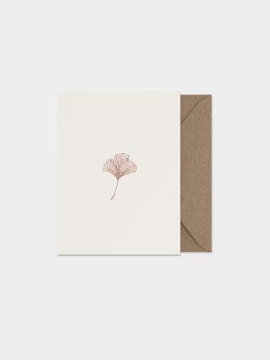 Kaart met hand geïllustreerd ginkgo blaadje